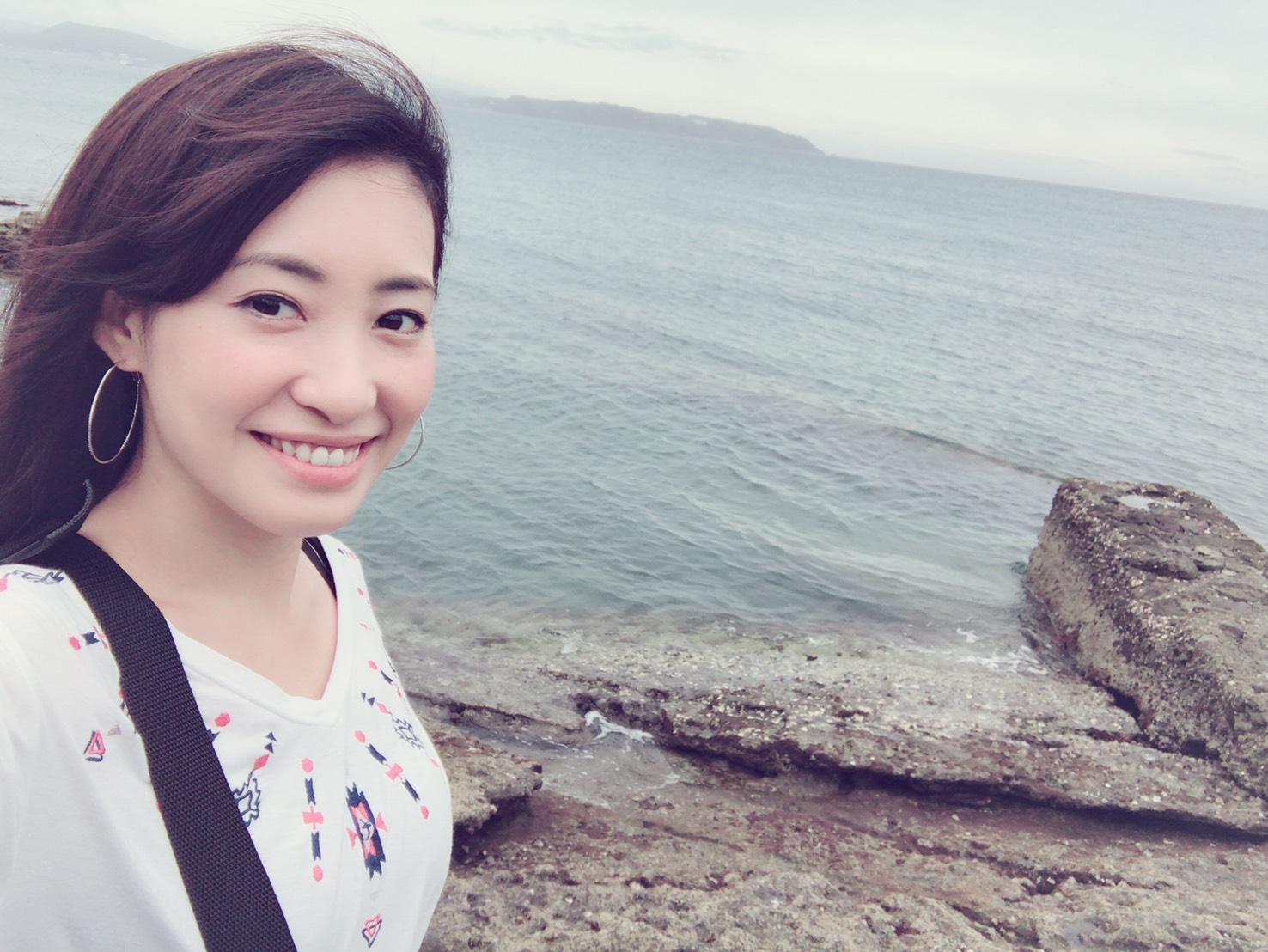 ①自撮り+背景に海